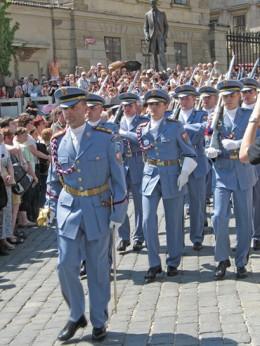 Jahresausflug 2005  Prag  Besichtigung des Hratschin - Wachabloesung